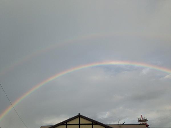 虹が二重にかかっていました。 http://t.co/1PaTuXHKWH