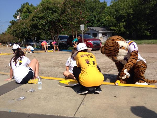 #LSU Community Bound is in full swing, even @LSUmiketiger came out to do a little painting #LSUCB http://t.co/QCgwtH4p2L