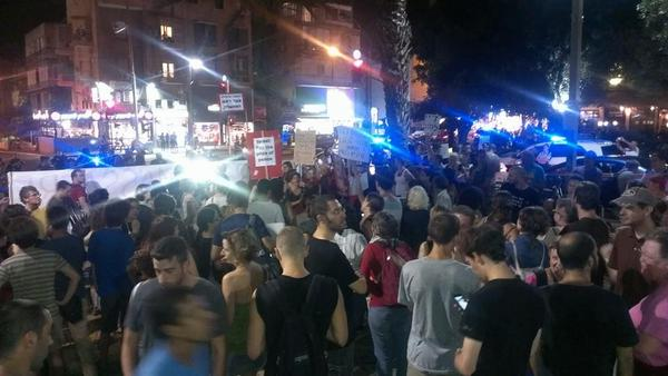 Protesters chanting against racism, the occupation, the war and the siege of Gaza. Central Tel Aviv right now http://t.co/lPcrrZaBMk