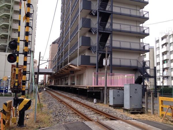 おお、マジでマンションの1階部分に駅ホームがある( pic.twitter.com/WgF7H6G8X0