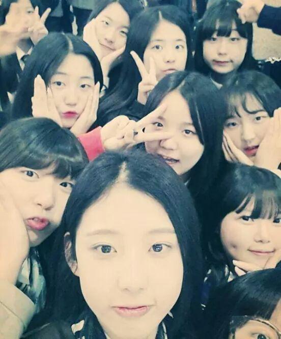 """@seoul74: 마지막 단체사진 (세월호에서...) http://t.co/l9nd3icJ24""눈에 넣어도 아프지않을 꽃같은 소녀들 눈물이 납니다."