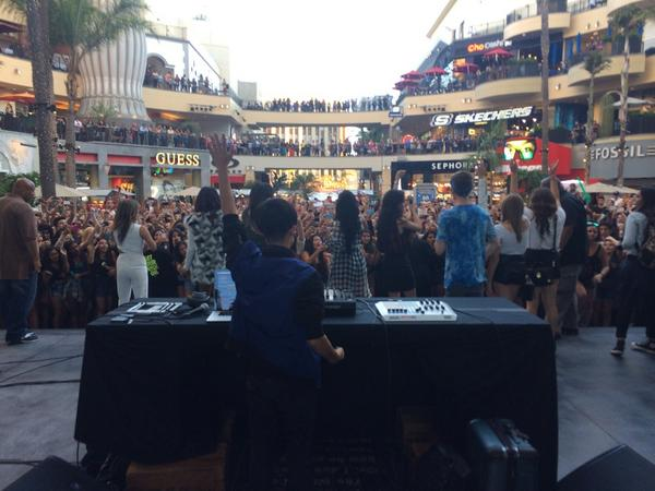 My girls @FifthHarmony doing a surprise appearance to all the fans at the @MTV VMA pop-up event!! http://t.co/EE332SlaPB