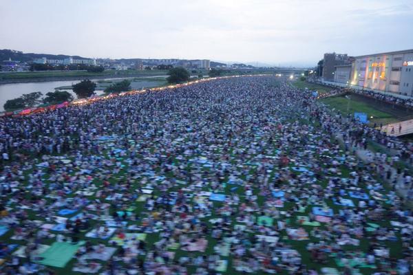 京王多摩川あたりの河川敷がカオスなんだけど、調布の花火大会かしら? http://t.co/bCFxFWzyXy