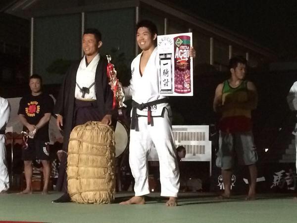 細川、決勝を絞めで参ったを取り、一本勝ちで優勝!須藤元気さんと米俵とアサイーと!この模様は、世界へYouTubeで発信されます! http://t.co/B56E70mBxh