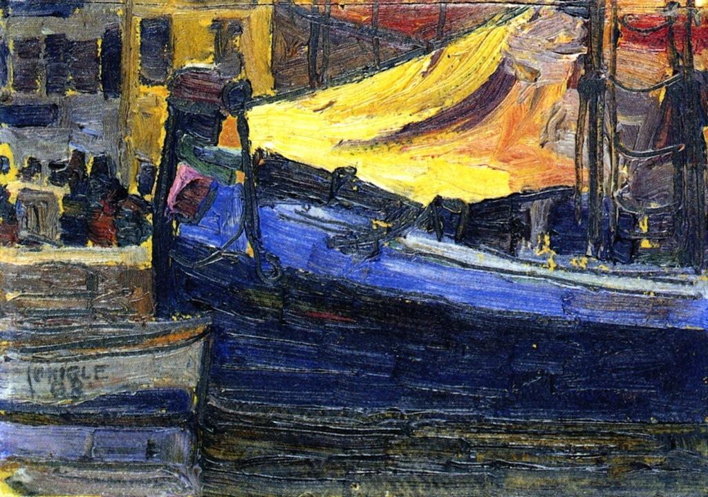 Verankerte Boote mit Hauswand im Hintergrund