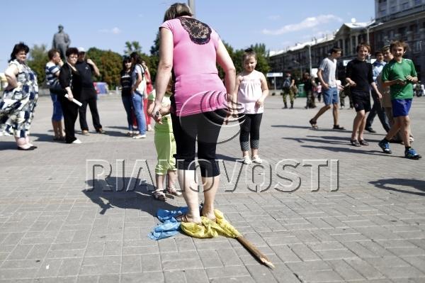 devushki-toptali-nogami