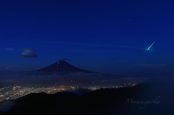 AM4:33に三つ峠で富士山を撮影中に流れた火球です。肉眼でも明るさは流れ星とは雲泥の差でした。twitterの情報では各地で目撃されたようです、、写真に収められてラッキーでした。 pic.twitter.com/A0dEeY6M9n
