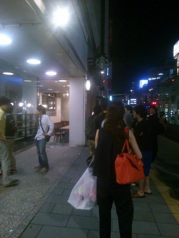 札幌駅前のスタバの前で酔った学生がスタバ窓ガラスに激突してガラス大破。しかも酔った学生には未成年も含まれてるみたい・・・。ケガ人もいた。 pic.twitter.com/ZfLVmnKW8h