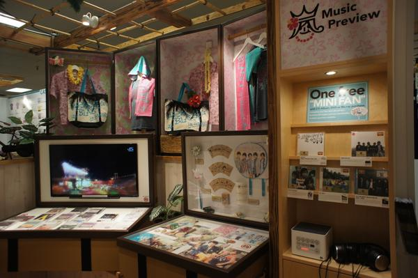 ARASHI BLAST SHOP in Honolulu アラモアナセンター白木屋 嵐ハワイグッズの現地販売ショップ(9/6現場 part2) http://t.co/wX93vJ9Nnp