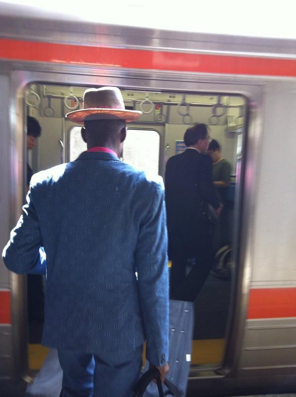 豪華2時間セットを披露、合宿で仕上げたネタが尽きてなお、2度のアンコールに答えたボンゲジウエ&スキヤキ・フレンズ名古屋得三公演。一夜明け、戦前のブルースマン然とした装いで電車に乗り込むメンバーのB。 @Bongeziwe http://t.co/2FkdmZJJ9J