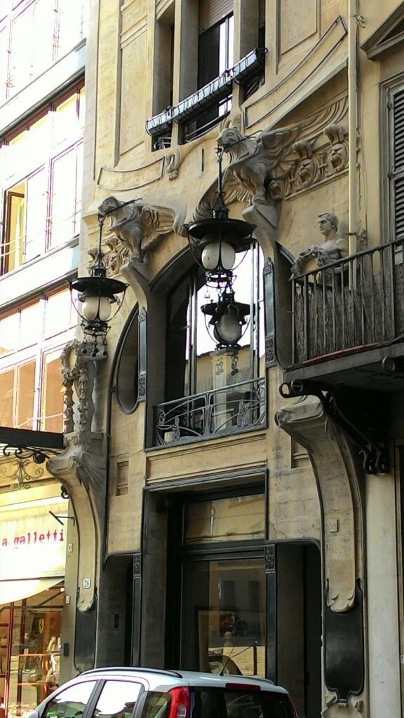 フィレンツェで300年、400年前の建物ばかりで食傷気味の方には、ぜひ100年前のイタリアのアール・ヌーヴォーを。  Giovanni Michelazzi. La casa-galleria Vichi. 1911 http://t.co/GQDz1GGOos