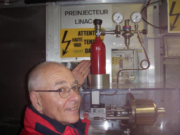 The source of all the Hadrons at the Large Hadron Collider - a 14 Euro bottle of Hydrogen gas, good for a decade... http://t.co/jm59eZJwJY