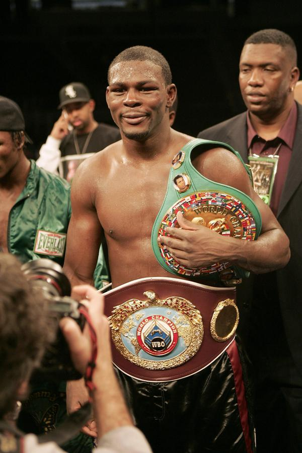 Ex-boxing middleweight champ #JermainTaylor arrested for shooting cousin multiple times. http://t.co/HNh1zZPrDk http://t.co/2BUGi5MpH5