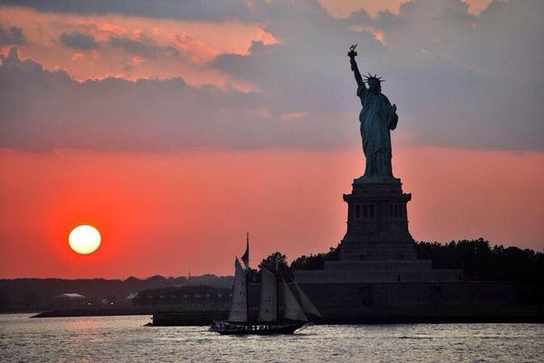 Morning #NYC! A beautiful #sunrise shot of Lady Liberty to start the day via  @Saffron606 http://t.co/tqXB83MCCu