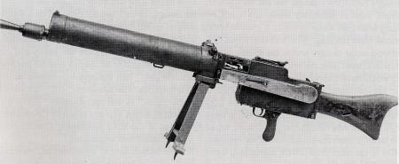 """銃・兵器紹介bot auf Twitter: """"【MG08重機関銃】 第一次世界大戦期、ドイツ軍に制式採用された重機関銃。マキシム機関銃を基に設計されている。400発/分の速度で連射する性能を有していた。マキシム機関銃同様、銃身の筒に4リットルの冷却水が入るようになっている。 http://t.co/yY4DwyZExw"""""""