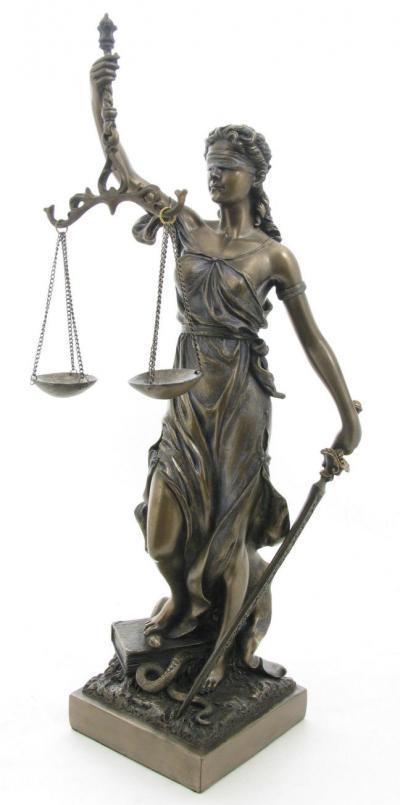 法は「自分の敵を斃してくれる味方」ではない。  正義の女神ユスティティア像をみればわかるとおり、天秤が傾けば誰彼問わず刃を振り下ろす「スイカ割り」的な自動機械である。  https://t.co/Zgjx2Lbtrk