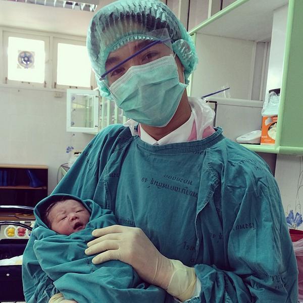 หมอริท  อัพไอจี ทำคลอดด้วยตัวเองครั้งแรก ณ รพ.กาฬสินธุ์ ปลอดภัยดีทั้งแม่และลูก ได้ลูกสาว ชื่อวันใหม่ http://t.co/jfmH1sTtqA   via@Cake_NBC: