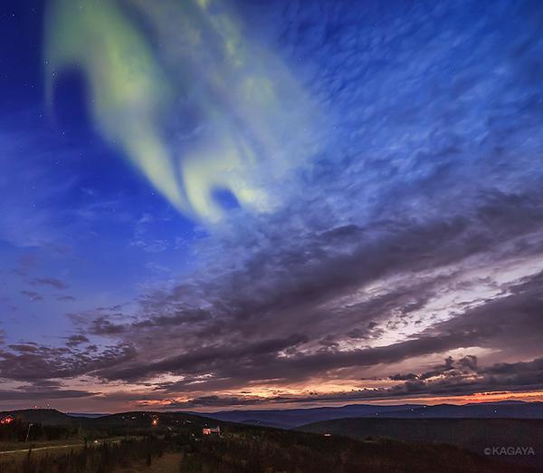 日没後まだ空が明るいのにその薄明に負けないほどのオーロラが出現。こんなの初めて見ました。(今夜アラスカにて撮影) pic.twitter.com/7TAx42tBgb