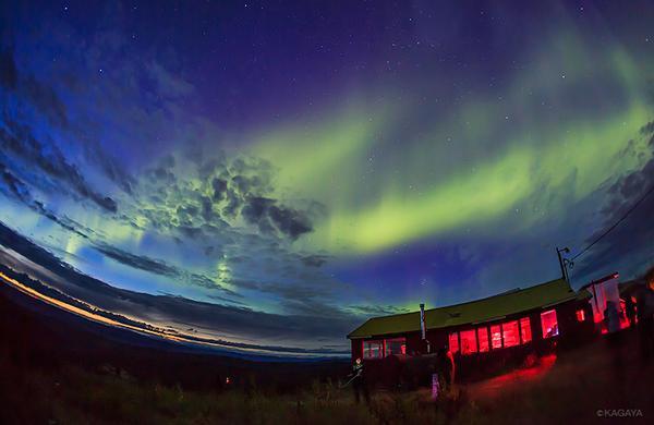今夜は夜通しオーロラが見えています。とは言ってもアラスカの夏の夜は短くて、北の空はほんのり明るいまま。それがまた幻想的なのです。 pic.twitter.com/bOPRyHODtt