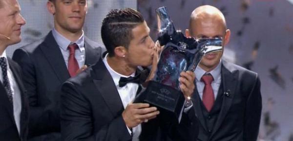 Cristiano Ronaldo BESA el Trofeo que le faltaba en su vitrina. #ElChiringuitodeNeox http://t.co/oWUDA6ayiO