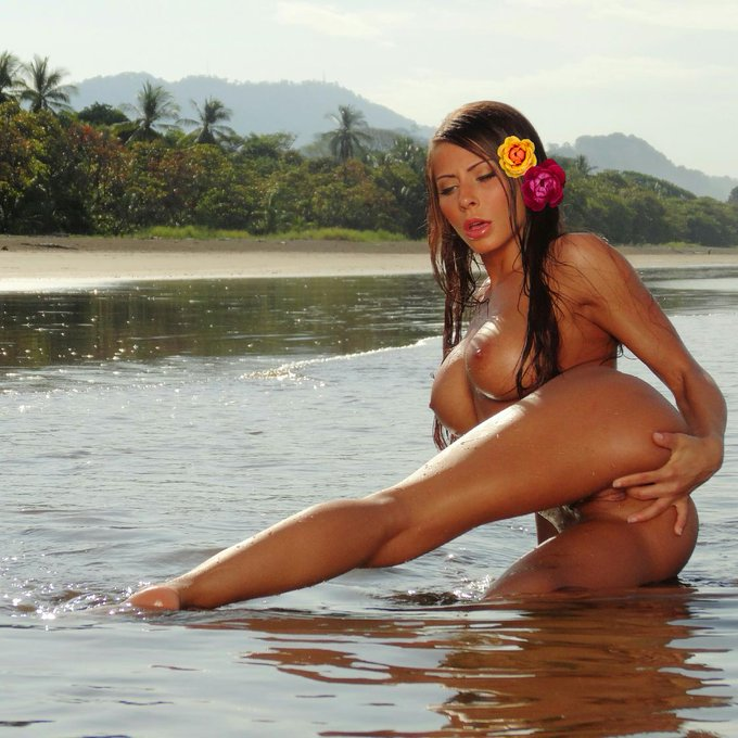 #TBT I miss playing on the beach in #CostaRica!!! Also the beautiful @hollyrandall shooting it ;P http://t