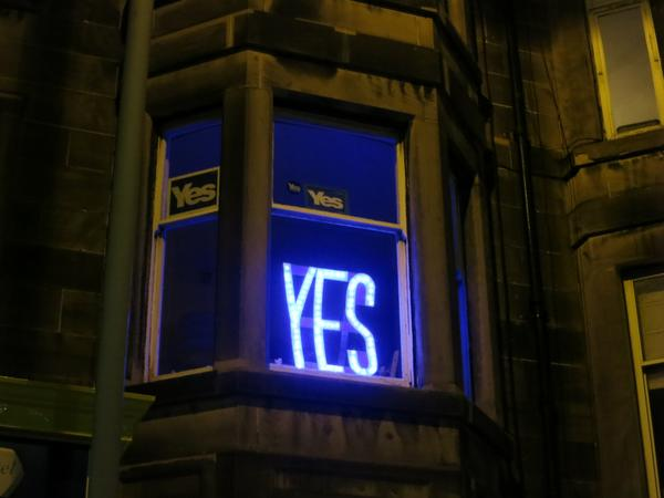 Finally went outside and took a proper night-time photo of my #indyref @yeswindaes https://t.co/NSYHw15YE0 http://t.co/D33DpvEJzC