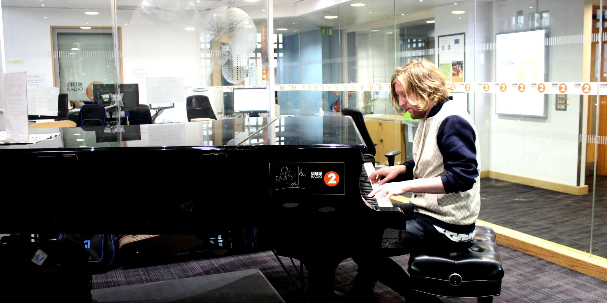 RT @BBCRadio2: Here's @andywburrows warming up on the @eltonjohndotcom piano - he's playing Circle of Life! http://t.co/AVMxKalHlY