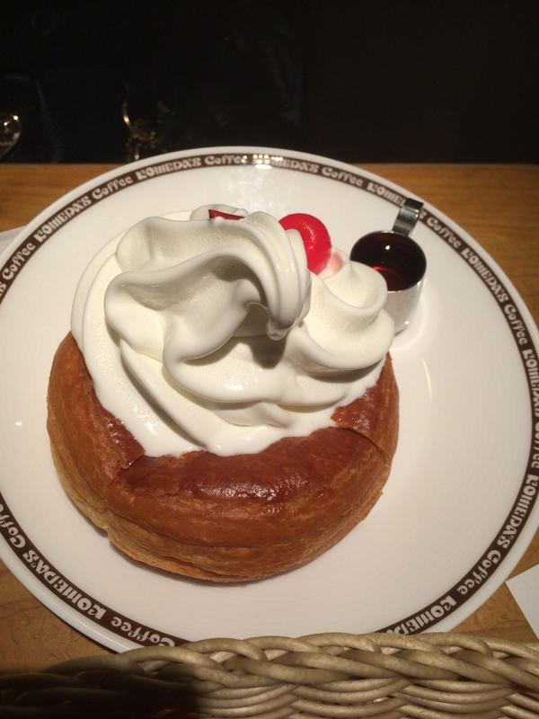 シロノワール食べてると、昔誰かが言ってた「名古屋の女の子はシロノワール食べるために他の食事制限してスタイル保ってる」ってのを思い出す。美味い。 http://t.co/YfMpl1PC6i