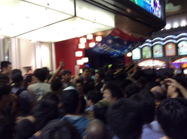 【悲報】 おっぱい募金に集まった男共が一部暴徒化