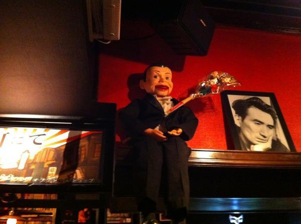 今日のイベントでアニアニの入口に飾ってある腹話術の人形を持ち帰った不届き者は今すぐ返してください。 http://t.co/50grboImRQ
