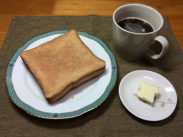 木彫食パンのトースト、完成した!!ほめて!ほめて!(この気持ちの昂ぶりと、写真の地味さの差なかなかある。コーヒーとバターは本物です) pic.twitter.com/vXIMu7tZFJ