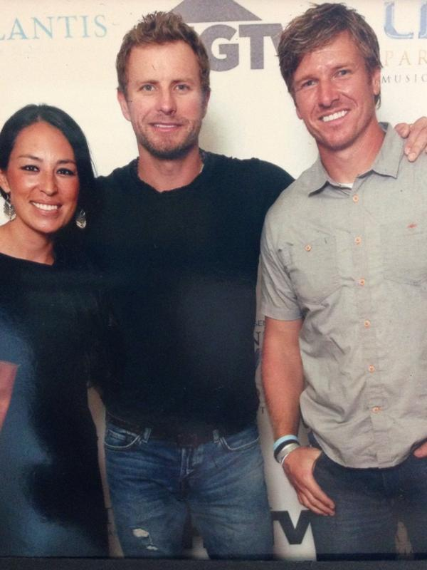Joanna gaines on twitter so fun meeting dierksbentley for Does chip carter gaines have siblings