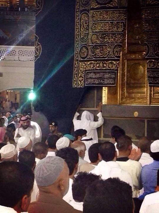 صورة يتداولها ناشطون على مواقع التواصل الاجتماعي للشيخ توفيق الصائغ مودعاً الكعبةبعد قرار #السعودية بترحيله من البلاد http://t.co/pxvzMqah5a