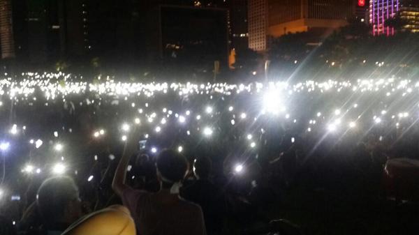 """大会关闭照明,集会市民举起手机,照亮中环的天空。现场想起""""今天我,寒夜里看雪飘过..."""" 原谅我这一生不羁放纵爱自由... #OccupyCentral http://t.co/SFgG0ENFsJ"""