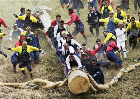 【御柱祭】 (日本・長野)  日本三大奇祭の一つ。 「木落とし」は、最大斜度35度、長さ100mの急坂を、巨大な御柱が氏子達と共に一気に駆け下りるその迫力から、御柱祭最大の見せ場として有名。