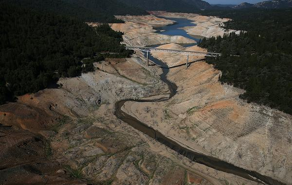 California's drought: What losing 63 trillion gallons of water looks like http://t.co/V1f9angfdr http://t.co/fVBgOPxZRN