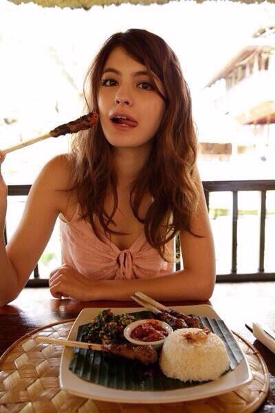 お肉を食べるマギー