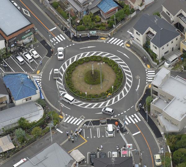 信号のない環状路を時計回りに通行する円形交差点「ラウンドアバウト」の運用が1日に始まりました。同日施行の改正道交法で通行ルールが定められ、新ルールの適用を示す標識が設置されました。cyclist.sanspo.com/149863 pic.twitter.com/HFICDVsdhj