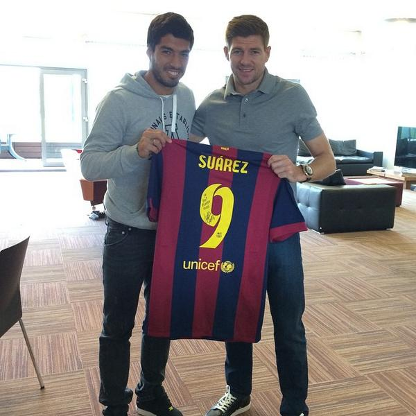 Luis Suarez back at Melwood - saying goodbye to his teammates and bringing them stuff http://t.co/EEfXphPdFs