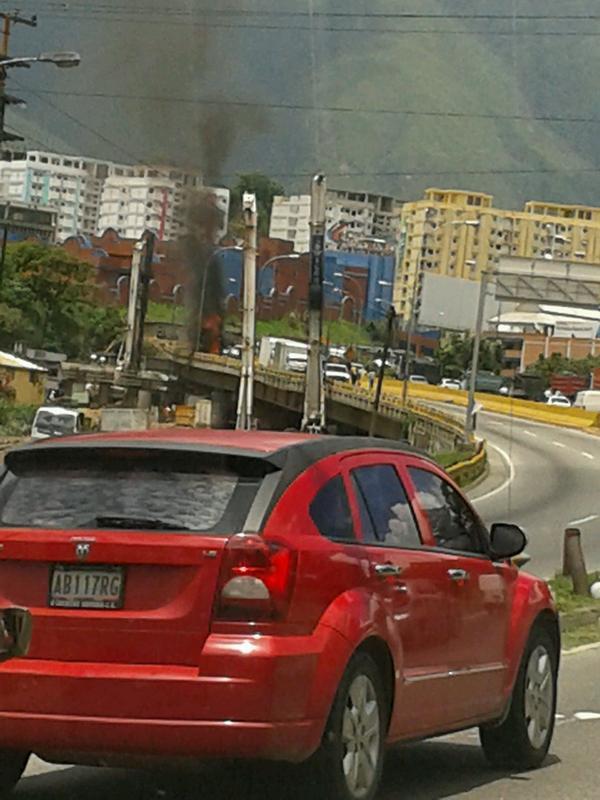 Se incendia camión en la autopista Francisco Fajardo