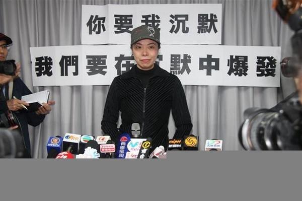 """香港商业电台名嘴李慧玲,昨突遭解聘,座位被强行清理,震惊各界。她说""""消息很突然"""",称:""""我会坚强!如果我们今天沉默的话,明天就会全体被沉默。今时今日,全香港每一个人都很危险。我不是 http://t.co/p5N68clDAb http://t.co/PPmN0kiF5b"""