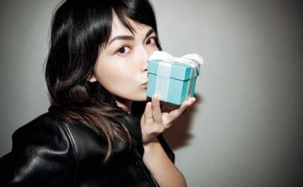プレゼント箱にキスする長谷川京子