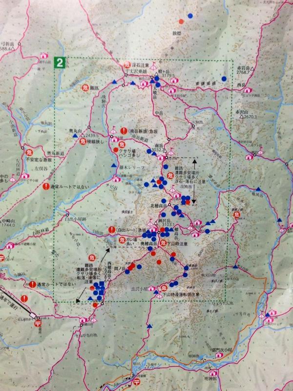 夏に新穂高の登山指導所でゲットした北ア登山マップ。赤い丸は昨年の滑落死亡遭難箇所。穂高は他の山域に比べ、極端に多い。吊り尾根と奥穂〜西穂のルート。独標とピラミッドピークにも1件づつ。 http://t.co/7keXGEKh2E