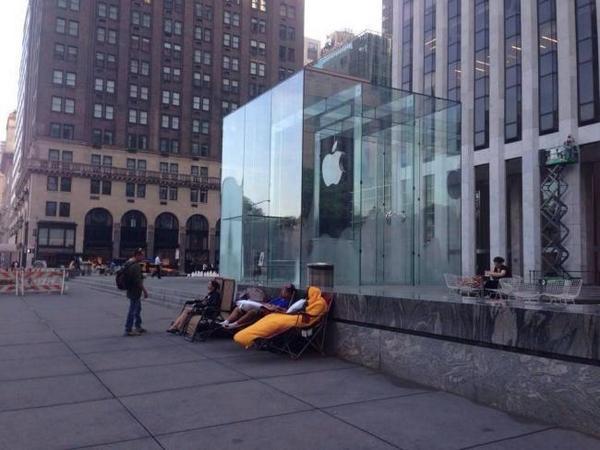 Ya hay cola para comprar el iPhone 6 en la Apple Store de la Quinta Avenida  http://t.co/3mtTWU4Wtp http://t.co/6GsL2zaAhx