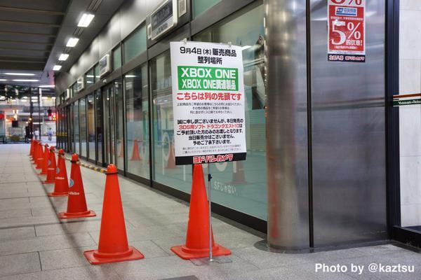 ヨドバシAkiba、本日発売する「XBOX ONE」の整列場所があるけど、、まったく誰もならんでない #akiba pic.twitter.com/HiJOUst91C