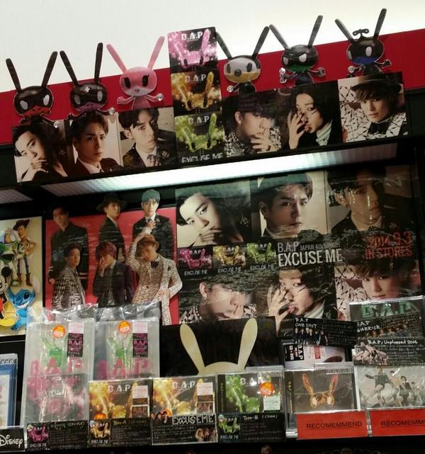 【B.A.P】4thシングル「EXCUSE ME」大好評発売中!イオンモール佐野新都市店から展開写真が届きました(∩´∀`∩)愛情たっぷりです(灬ºωº灬)写真あったりマトキいたり、ついつい長居しちゃいそう…!!笑 #BAP http://t.co/RGEd7DTEaT