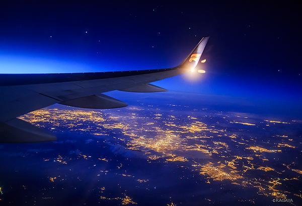夜間飛行。(過去の写真から)窓の外は光の海。 pic.twitter.com/HAmgZ4e8oQ