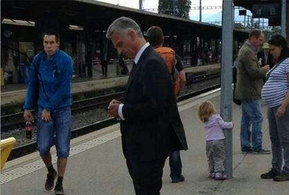 Swiss President waiting for the train. No mess. No fuss. No blue lights. Minding his own business!! http://t.co/3bMg1f1sse @bonifacemwangi