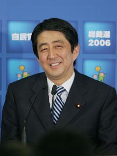 """びーじー on Twitter: """"2006年の安倍首相☆ フレッシュで笑顔も ..."""