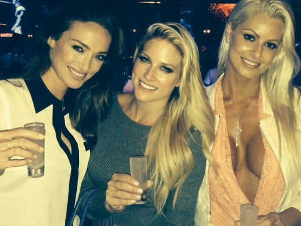 Since were all @maryse0uellet @TheBarbieBlank posting diff pics, I'll keep with tradition! #girlsnight #reunion #pump http://t.co/ub71krsfSe